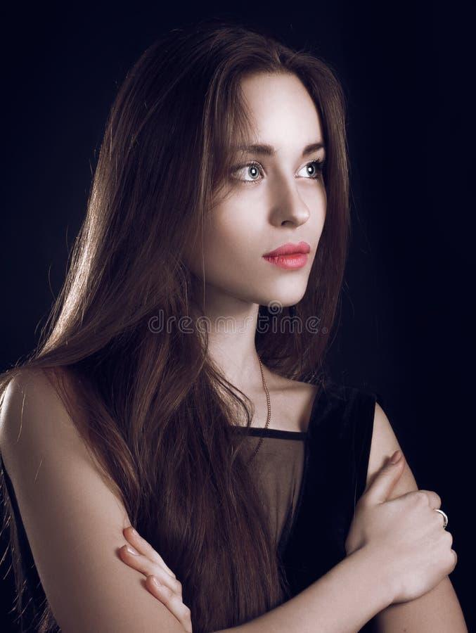 有长的头发的美丽的女孩黑色背景 免版税库存图片