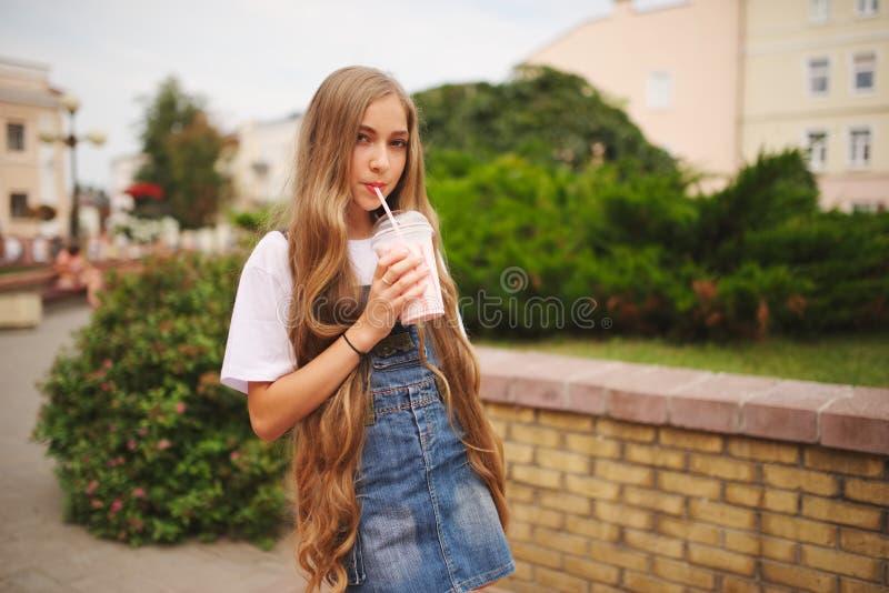 有长的头发的美丽的女孩 免版税库存照片