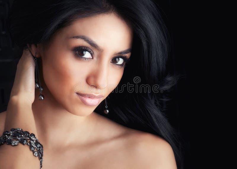 有长的头发的美丽的拉提纳妇女 库存照片