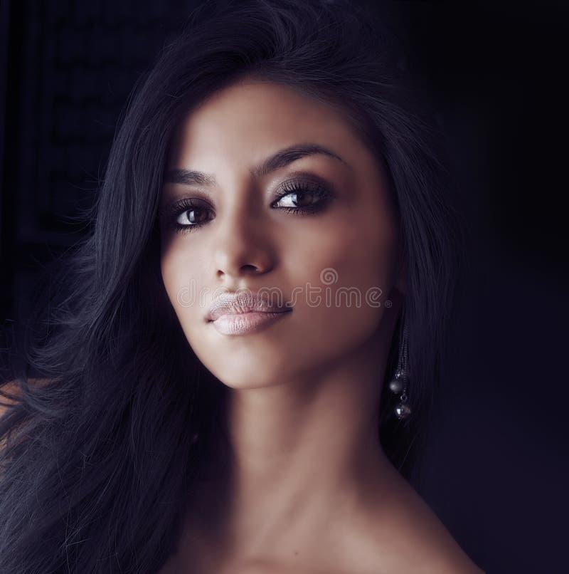 有长的头发的美丽的拉提纳妇女 库存图片