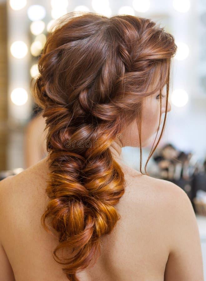有长的头发的美丽,红发女孩在美容院 免版税图库摄影