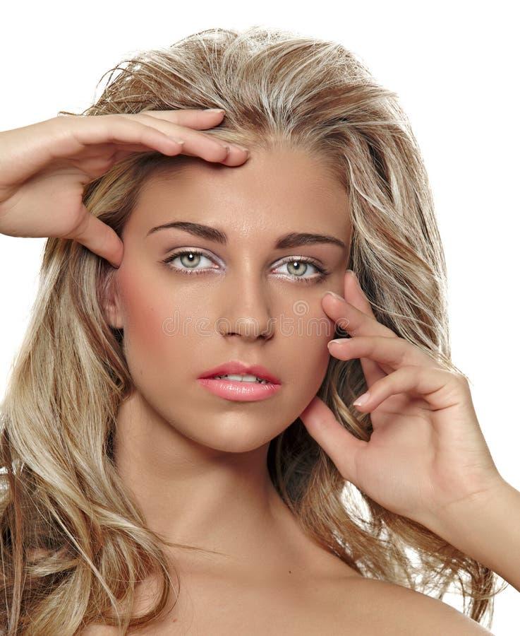 有长的头发的被晒黑的白肤金发的妇女 免版税库存图片