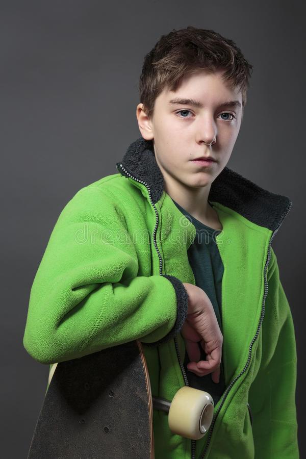 有长的委员会的骄傲的十几岁的男孩 图库摄影