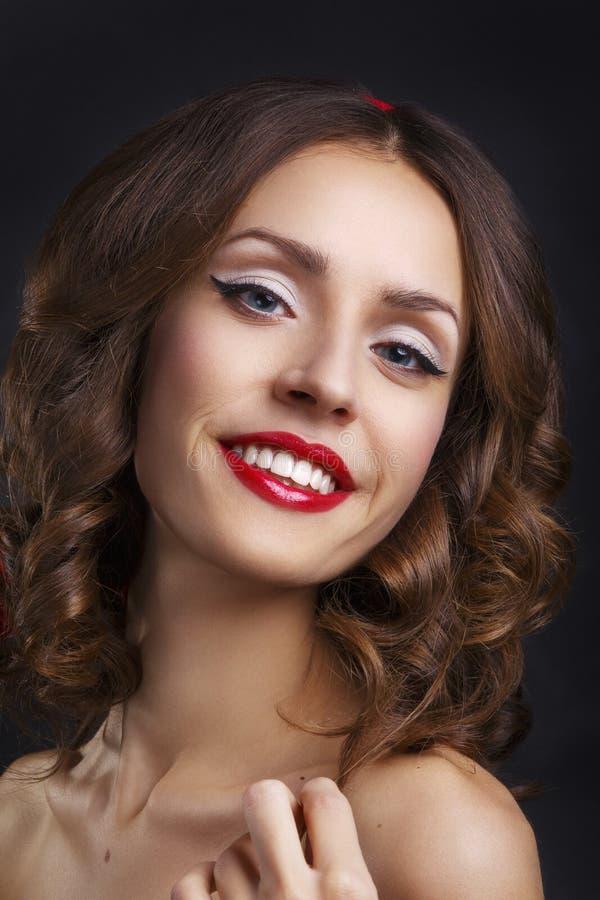 有长的布朗波浪发的秀丽式样妇女 健康头发和美好的专业构成 红色的嘴唇 华美的魅力夫人 库存照片