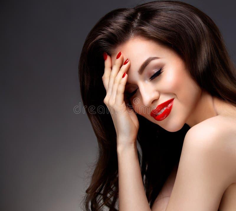有长的布朗波浪发的秀丽式样妇女 免版税库存照片