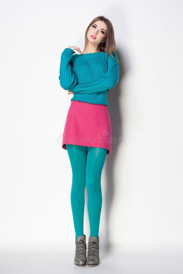 有长的性感的腿的美丽的妇女穿戴了典雅摆在 图库摄影