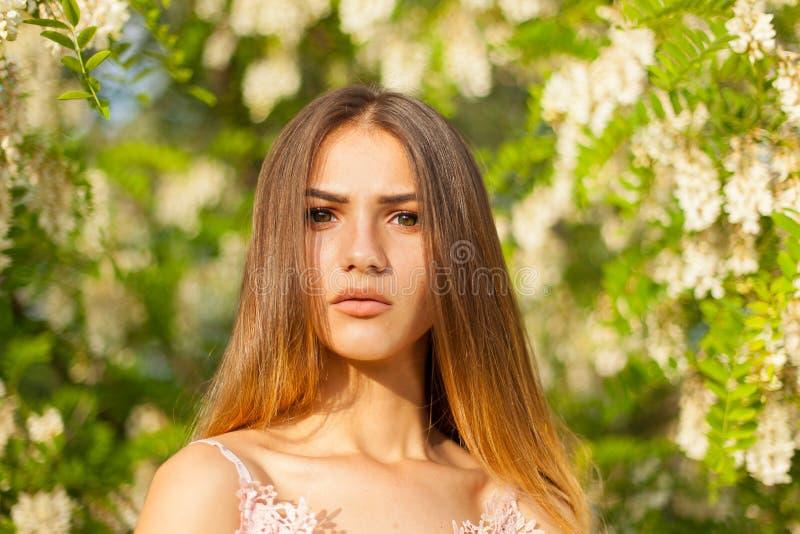 有长的摆在头发和苗条的图的美丽的性感的女孩  库存照片