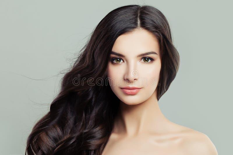 有长的棕色发型和清楚的皮肤的美丽的少妇 免版税库存图片