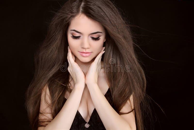 有长的棕色头发的美丽的妇女。 fashi特写镜头纵向  免版税库存图片