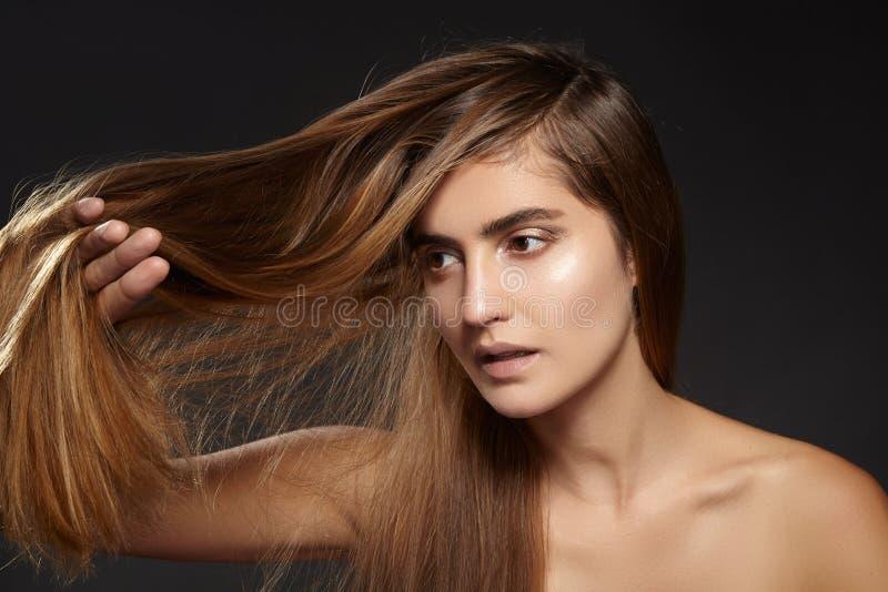 有长的棕色头发的美丽的时尚妇女 浴秀丽构成油用肥皂擦洗处理 平直的发型 头发问题 胶原修理 库存照片