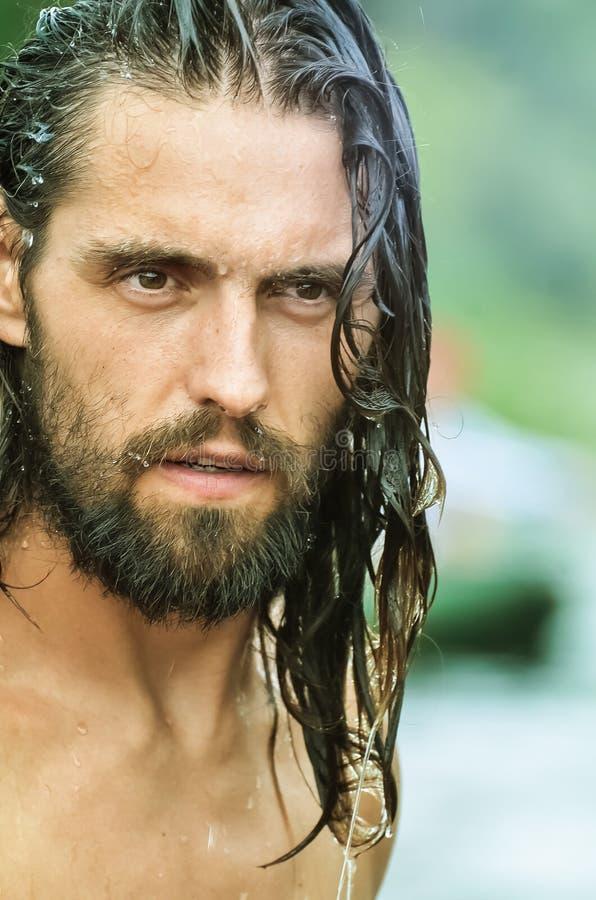 ?? 有长的湿头发的英俊的快乐的年轻人 o 库存图片