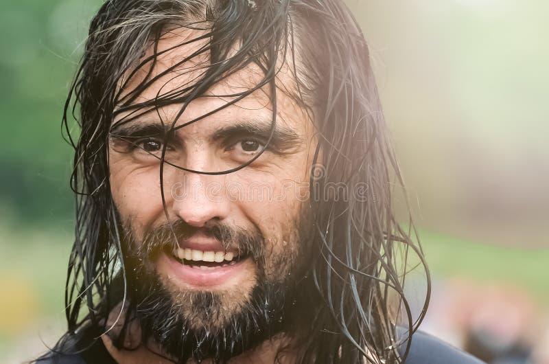 ?? 有长的湿头发的英俊的快乐的年轻人 o 免版税库存图片