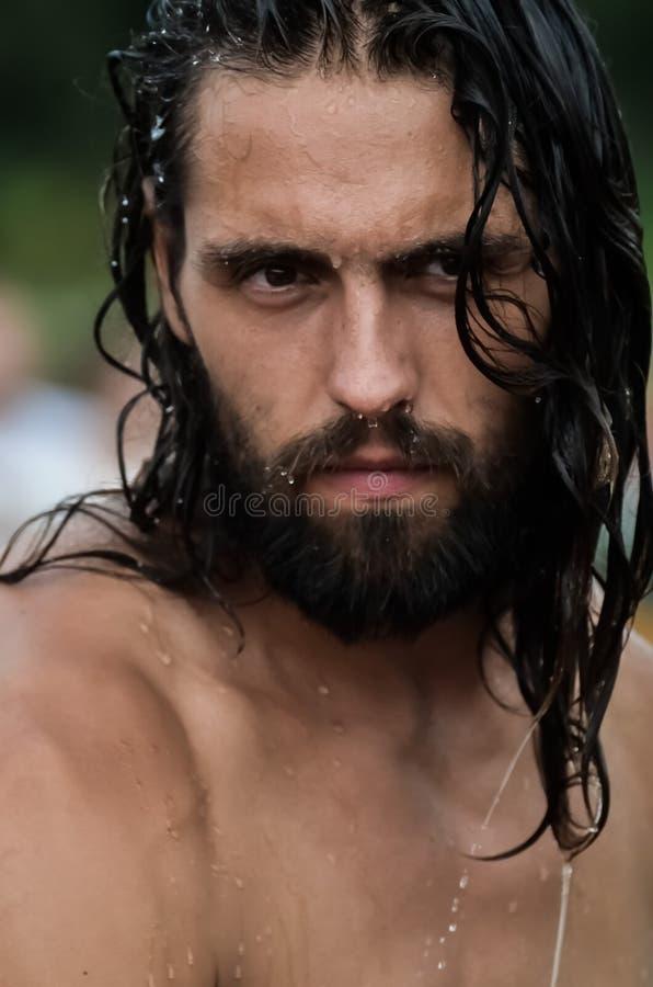 ?? 有长的湿头发的英俊的快乐的年轻人 o 库存照片