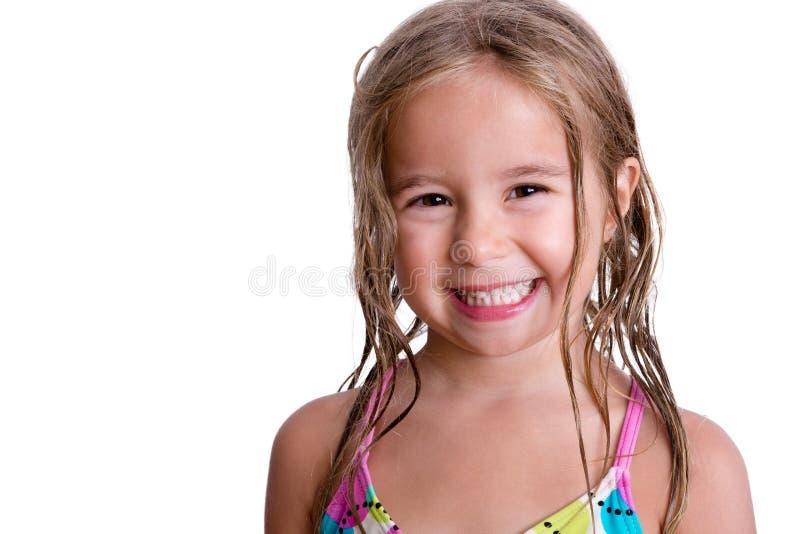 有长的湿头发的快乐的小女孩 免版税图库摄影