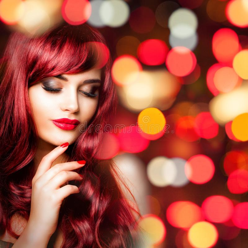 有长的红色波浪发的迷人的红头发人妇女 库存照片
