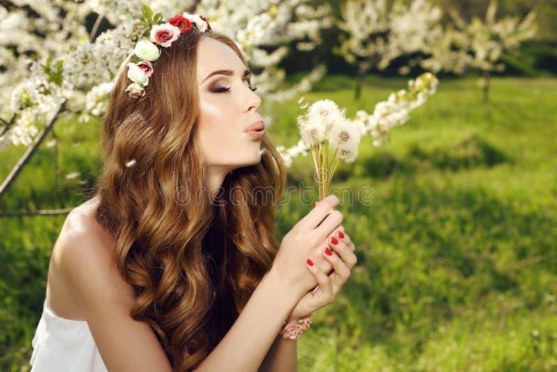有长的红色头发和花的头饰带的美丽的肉欲的妇女 库存图片