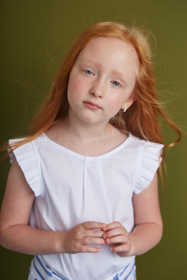有长的美丽的头发和大蓝眼睛的年轻红发女孩 头发振翼在风的火的颜色 有a的女孩孩子 图库摄影