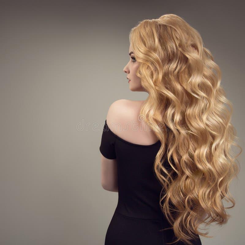 有长的美丽的头发的白肤金发的妇女 回到视图 免版税库存照片