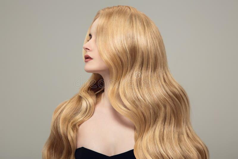 有长的美丽的头发的白肤金发的妇女 免版税库存照片