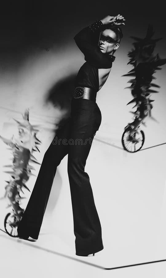 有长的腿的妇女在黑服装 免版税图库摄影