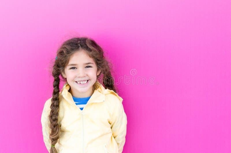 有长的辫子的小女孩微笑着 免版税图库摄影
