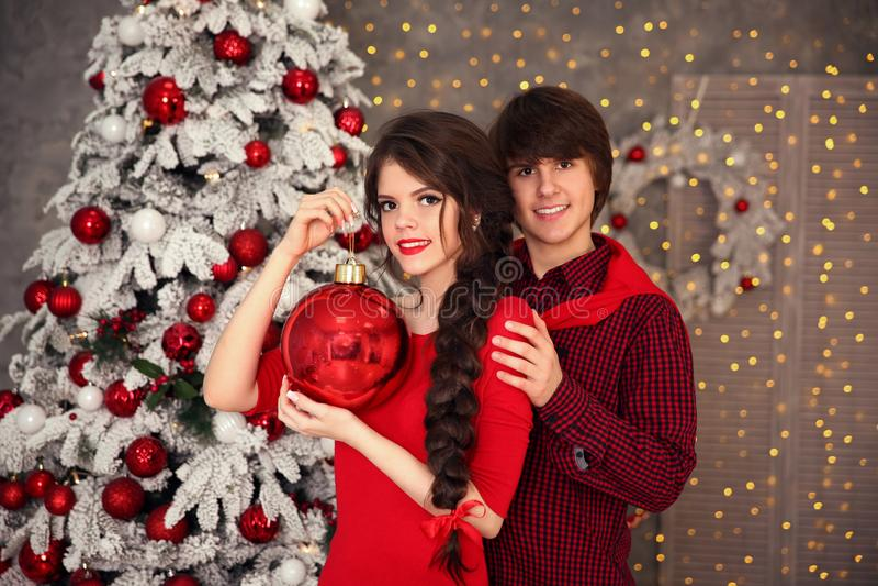 有长的辫子的愉快的微笑的青少年的女孩栓了红色弓和红色嘴唇 免版税库存照片
