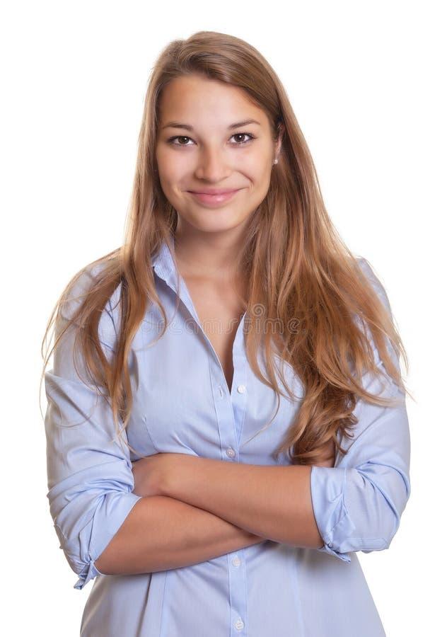 有长的金发和十字架的微笑的少妇 免版税库存照片