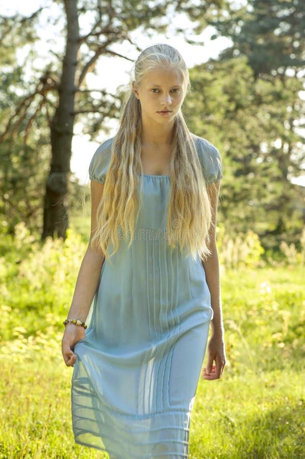 有长的金发的美丽的女孩 免版税库存照片