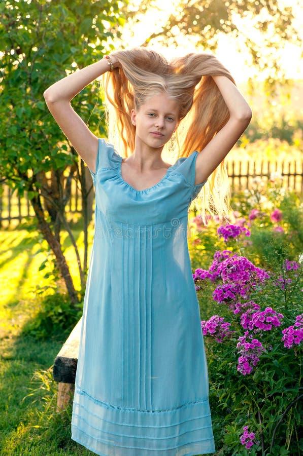 有长的金发的美丽的女孩 库存图片