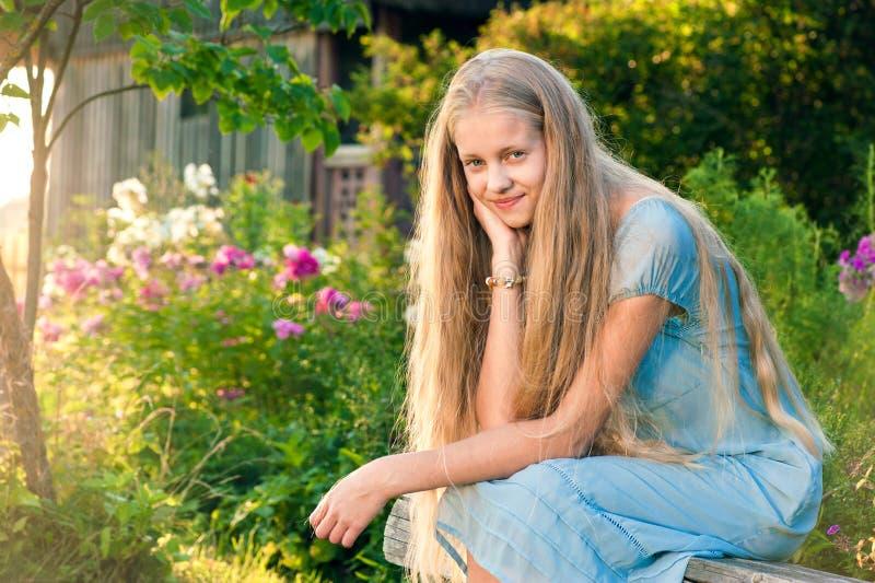 有长的金发的美丽的女孩 图库摄影
