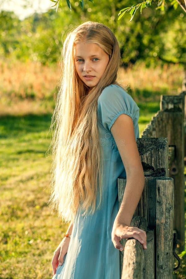 有长的金发的美丽的女孩 免版税图库摄影