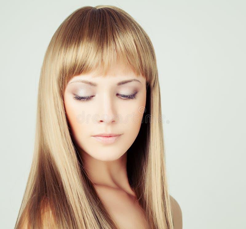 有长的金发的美丽的女性式样妇女 库存照片