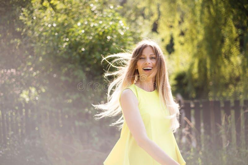 有长的金发的美丽的少妇 晴朗的夏天 库存图片