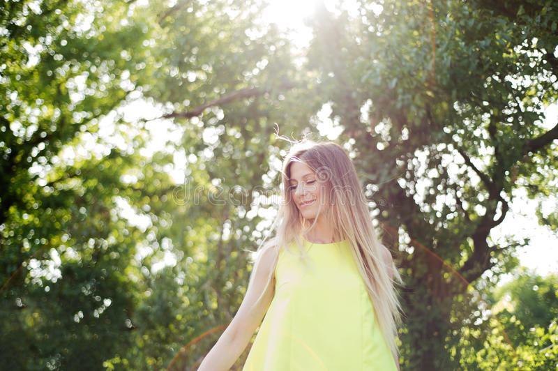 有长的金发的美丽的少妇 晴朗的夏天 库存照片