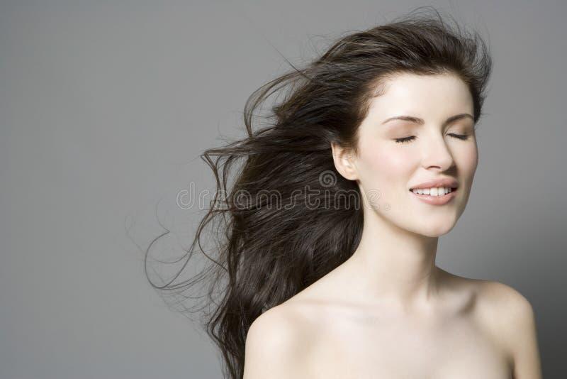 有长的闭上的布朗头发和眼睛的妇女 免版税图库摄影