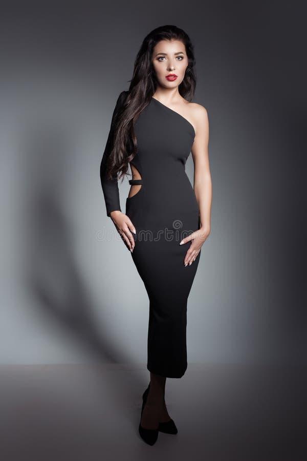有长的黑发的年轻美丽的时髦的女人苗条 免版税图库摄影