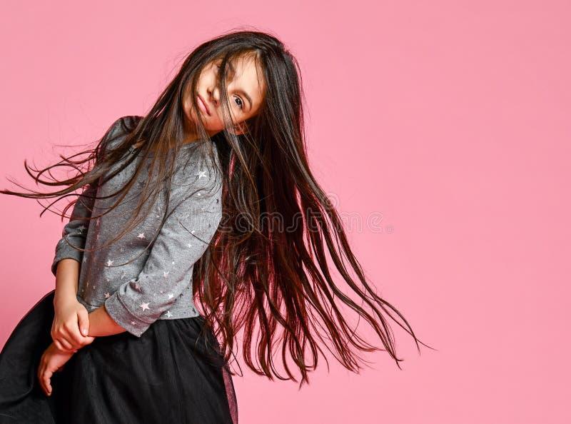 有长的黑色头发的美丽的年轻女人 库存图片