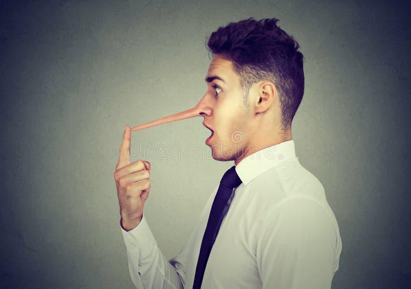 有长的鼻子的商人 说谎者概念 图库摄影