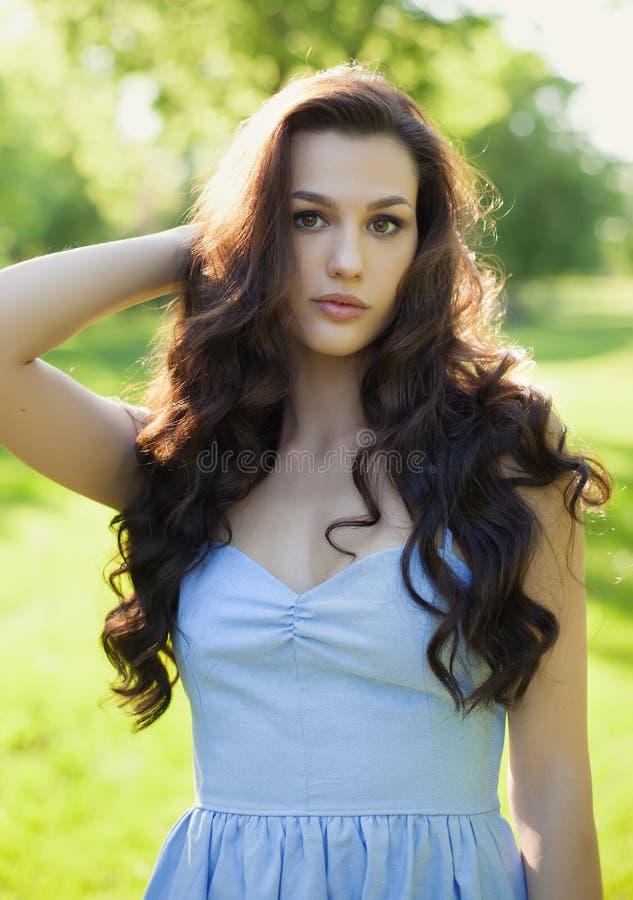 有长的头发、秀丽、头发和eco整容术的美丽的妇女 免版税库存照片