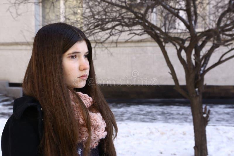 有长的黑发压抑关闭的少年女孩画象 免版税库存图片