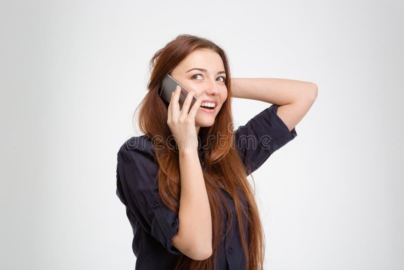 有长的头发的快乐的可爱的妇女谈话在手机 免版税库存照片