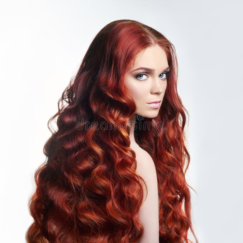 有长的头发的性感的裸体美丽的红头发人女孩 在轻的背景的完善的妇女画象 华美的头发和深眼睛 自然 免版税库存图片