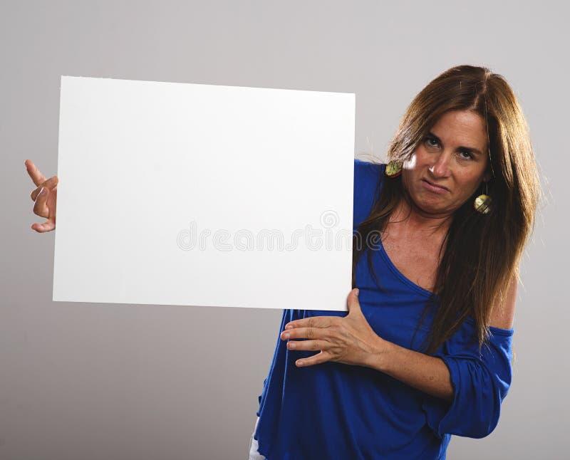有长的头发的成熟可爱的妇女有憎恶表示的说标志主题 库存图片