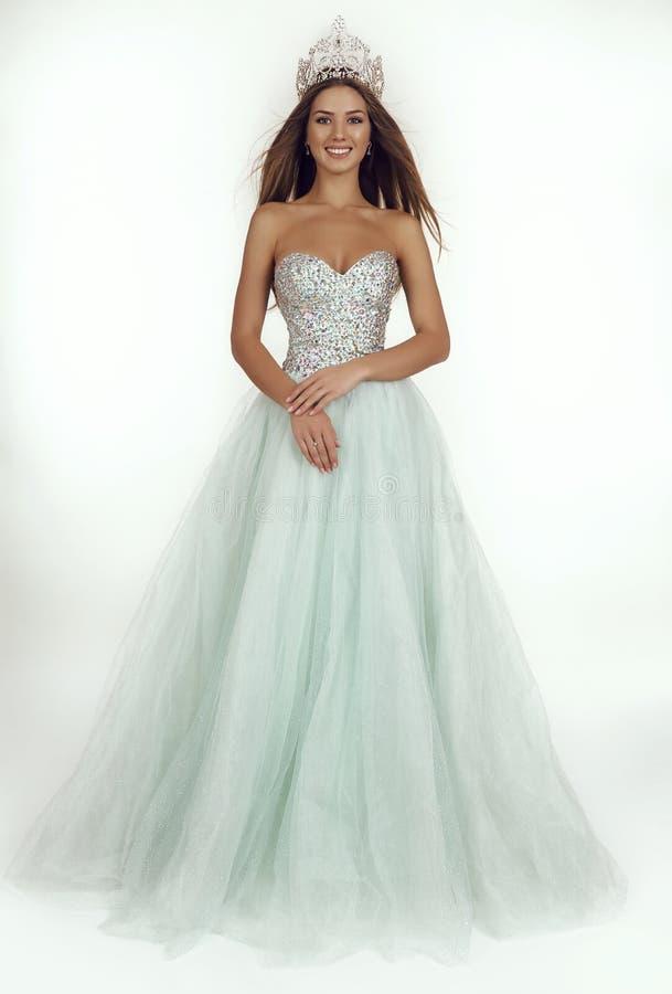 有长的头发的美丽的女孩佩带豪华礼服和冠 库存照片