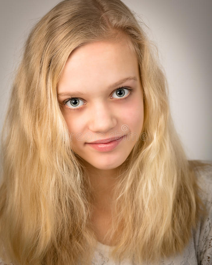 有长的头发的美丽的少年白肤金发的女孩 图库摄影