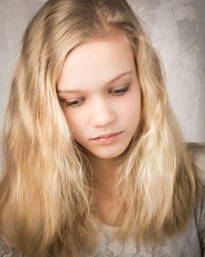 有长的头发的美丽的少年白肤金发的女孩 库存照片