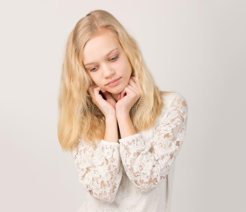 有长的头发的美丽的少年白肤金发的女孩 库存图片