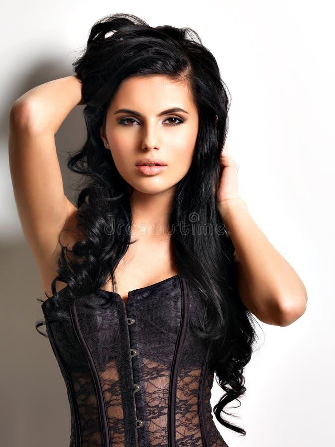 有长的头发的美丽的性感的年轻深色的妇女 免版税库存图片