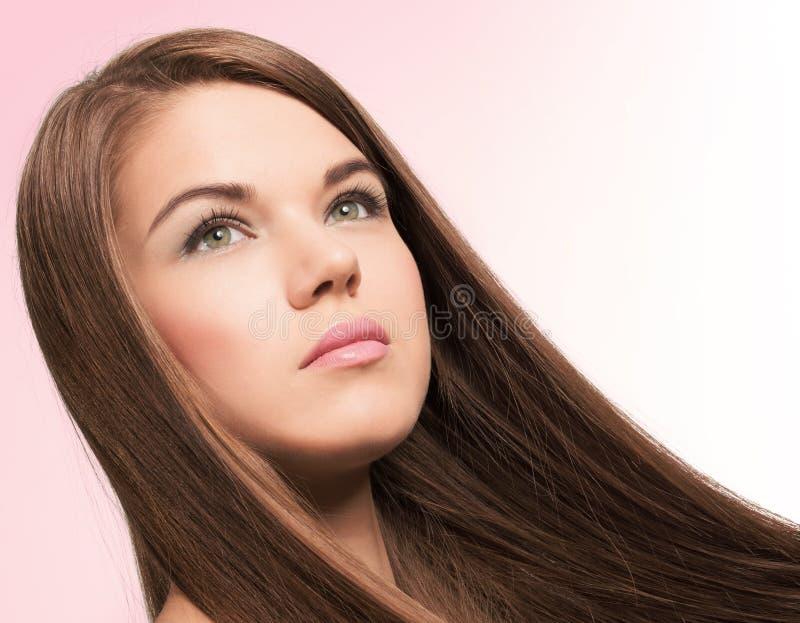 有长的头发的逗人喜爱的少妇图片