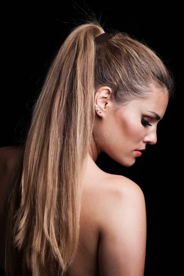 有长的头发的年轻白肤金发的妇女在马尾辫外形 库存照片